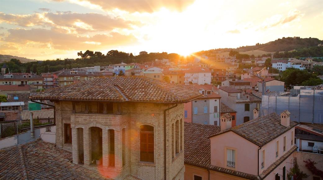 Torre dei Gualtieri das einen Sonnenuntergang, Landschaften und Stadt