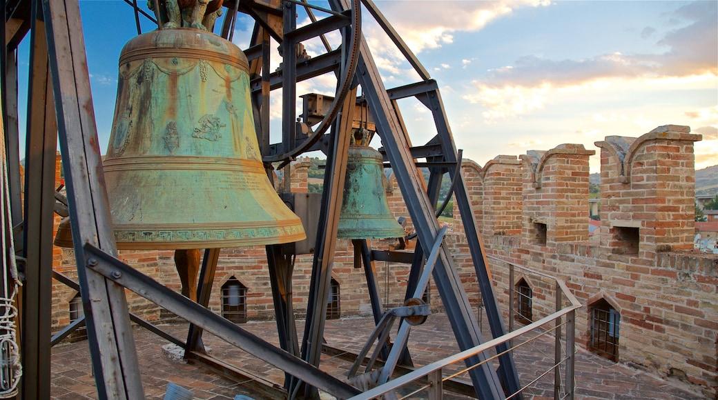 Torre dei Gualtieri welches beinhaltet Sonnenuntergang und Geschichtliches
