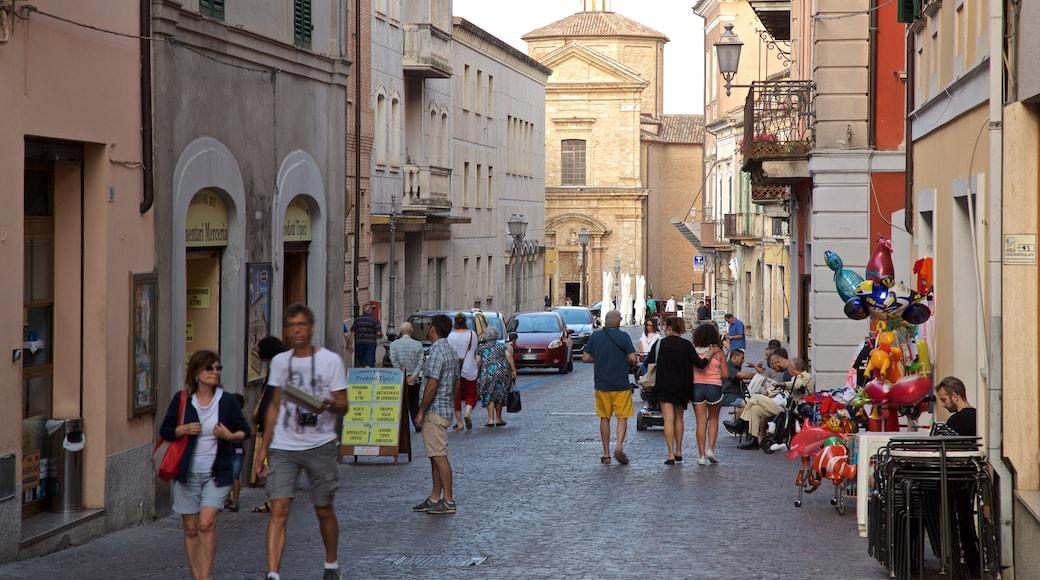 Atri welches beinhaltet Straßenszenen sowie kleine Menschengruppe