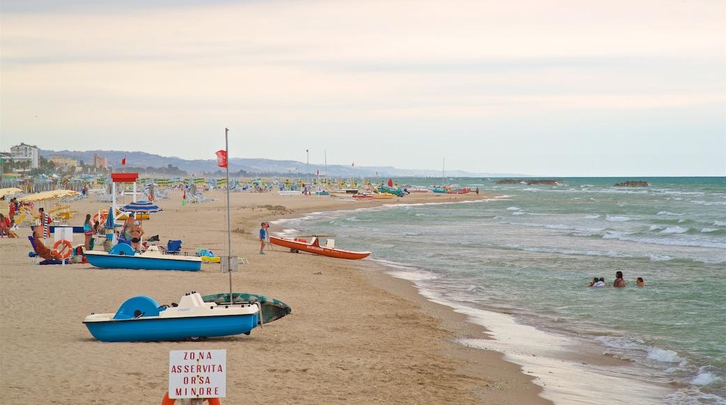 Roseto degli Abruzzi mit einem Strand, Schwimmen und allgemeine Küstenansicht