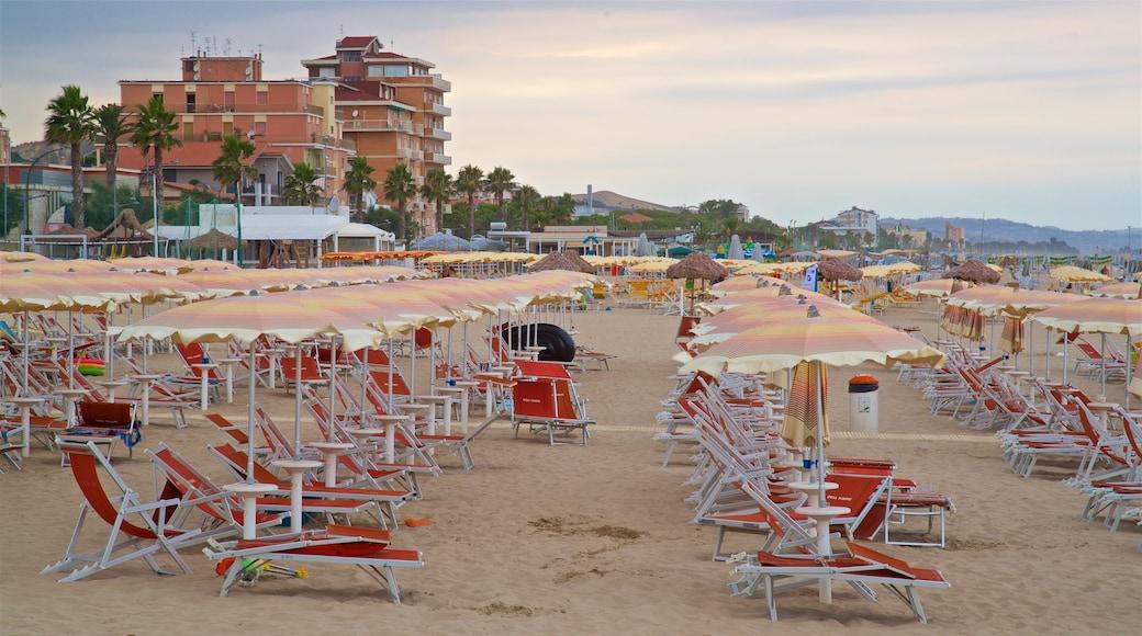 Roseto degli Abruzzi das einen Strand und allgemeine Küstenansicht