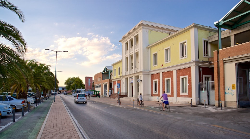 San Benedetto del Tronto mit einem Fahrradfahren und Sonnenuntergang sowie kleine Menschengruppe