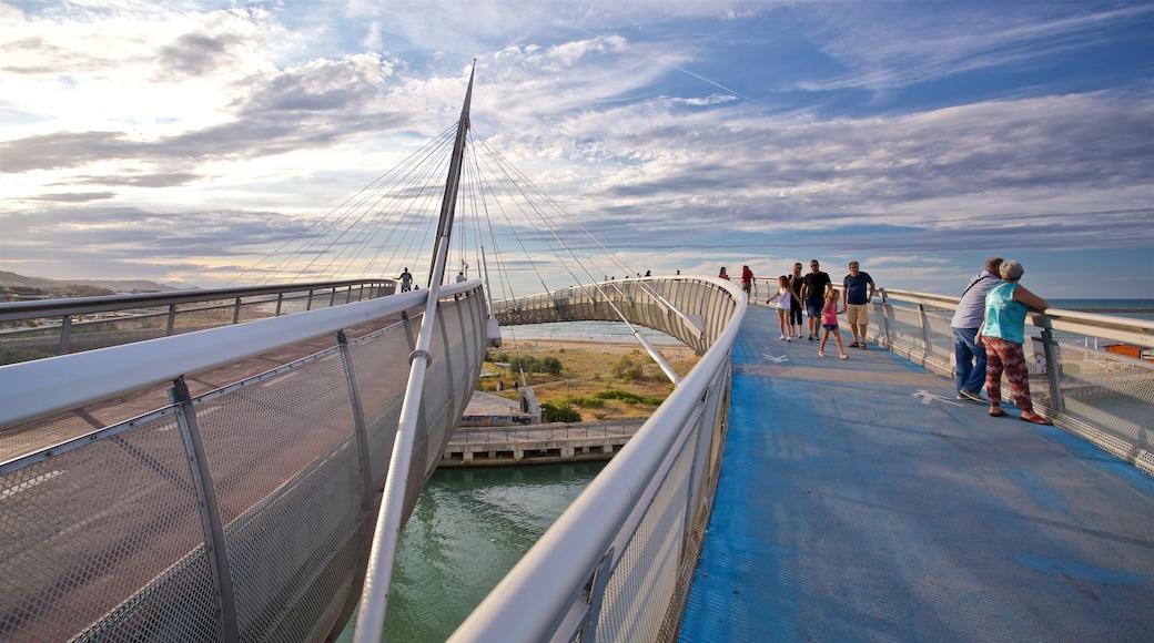 Ponte del Mare welches beinhaltet Brücke und Sonnenuntergang sowie kleine Menschengruppe