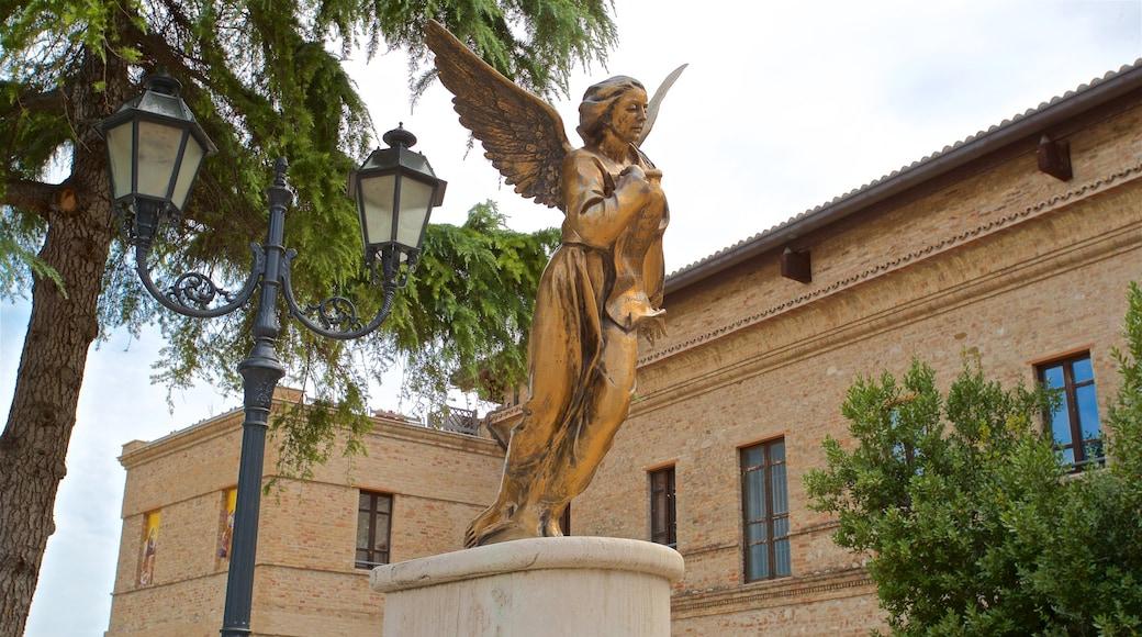 Santuario della Madonna dello Splendore das einen religiöse Aspekte und Statue oder Skulptur