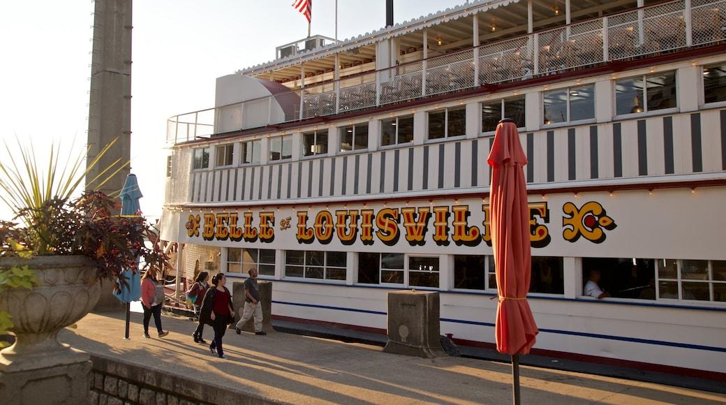 路易士維爾美人號 设有 指示牌 和 渡輪 以及 一小群人
