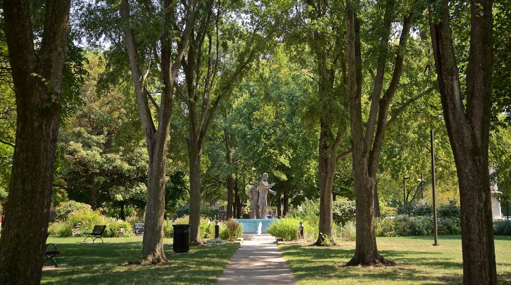 Washington Square Park caracterizando um jardim e uma estátua ou escultura