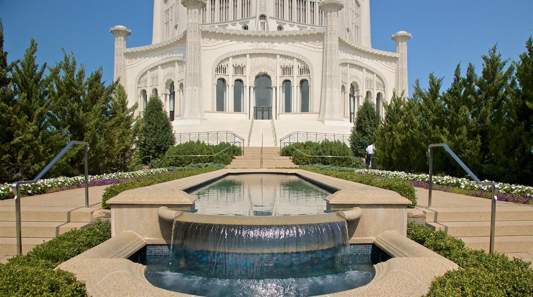 Casa de Adoração Bahá\'í que inclui arquitetura de patrimônio, uma fonte e flores