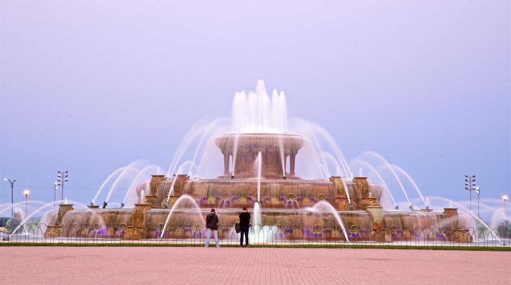 Buckingham Fountain แสดง น้ำพุ ตลอดจน คู่รัก
