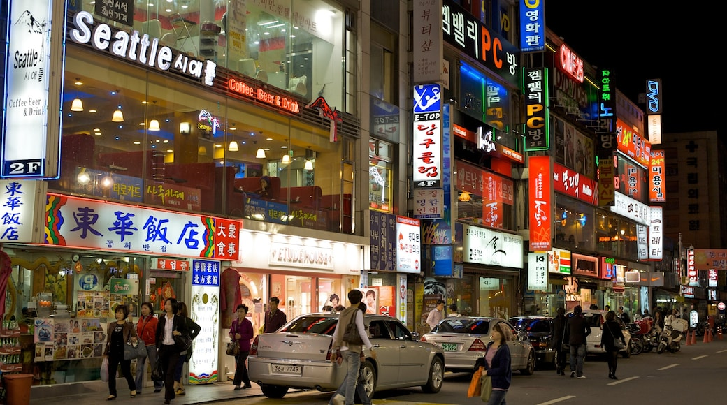 Dongdaemun Market which includes street scenes, nightlife and night scenes