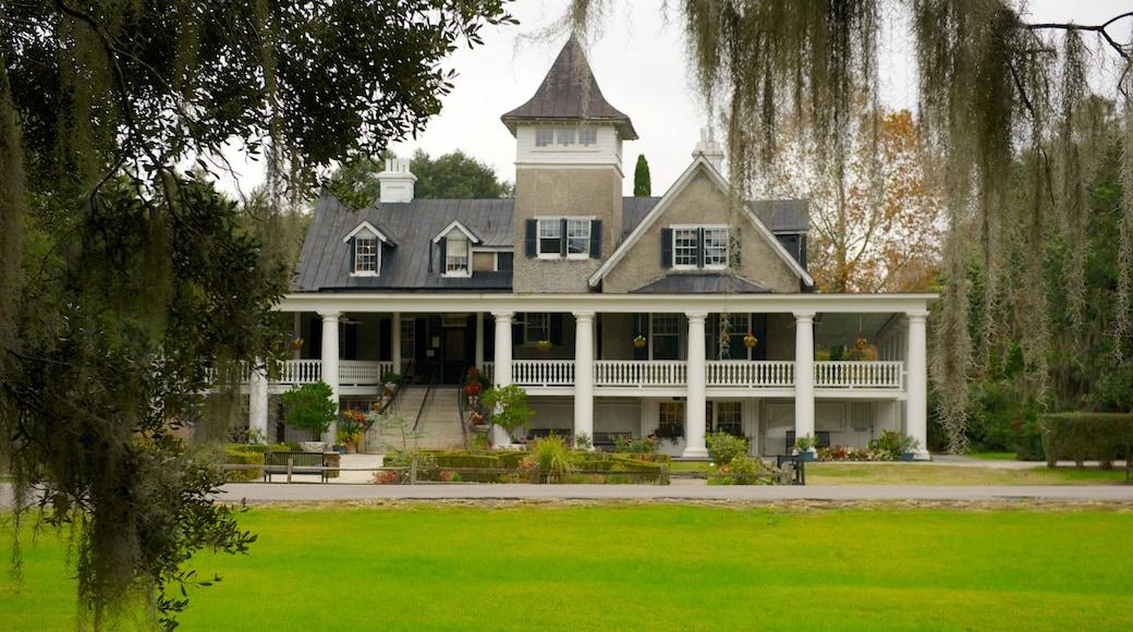 Magnolia Plantation and Gardens caracterizando arquitetura de patrimônio, uma casa e um jardim