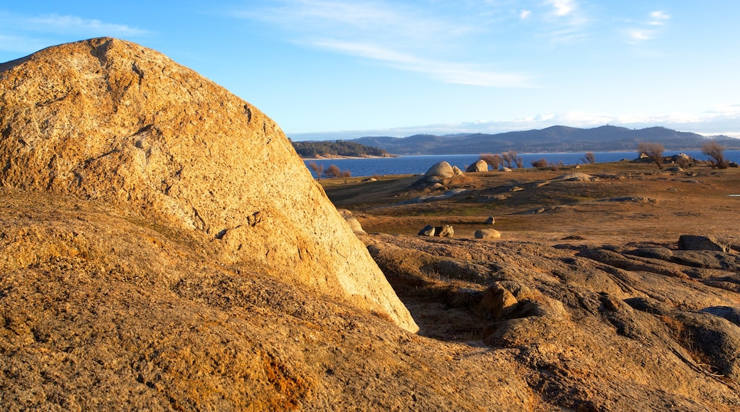 Folsom Lake State Recreation Area showing landscape views