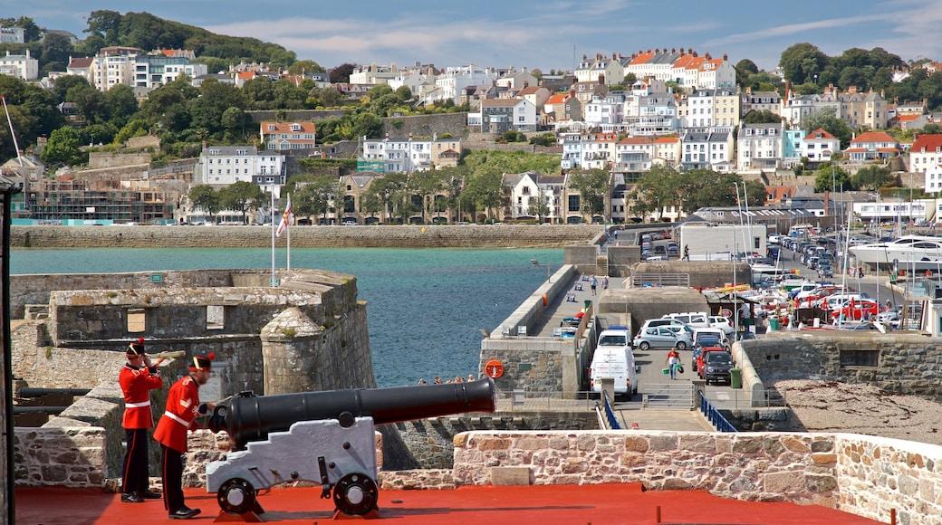Castle Cornet welches beinhaltet Küstenort, Geschichtliches und Militärisches