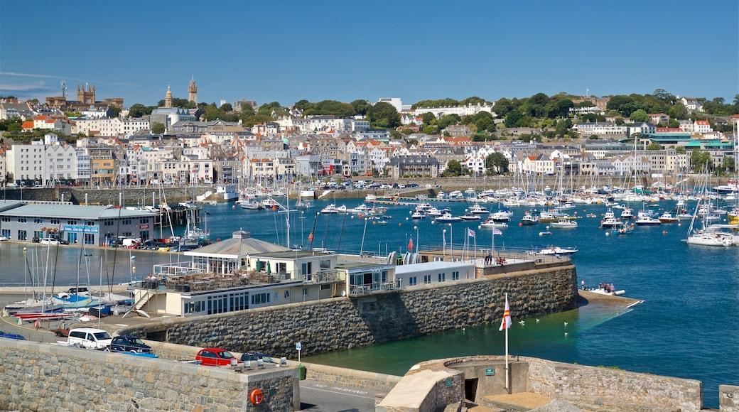St. Peter Port mostrando uma baía ou porto e uma cidade litorânea