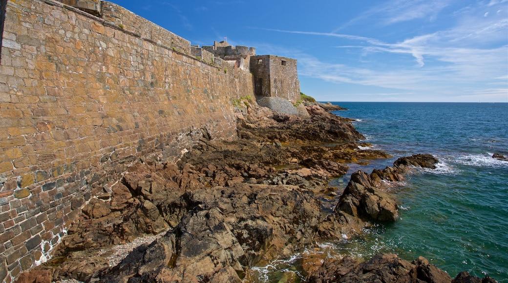 Castle Cornet que inclui paisagens litorâneas e litoral acidentado