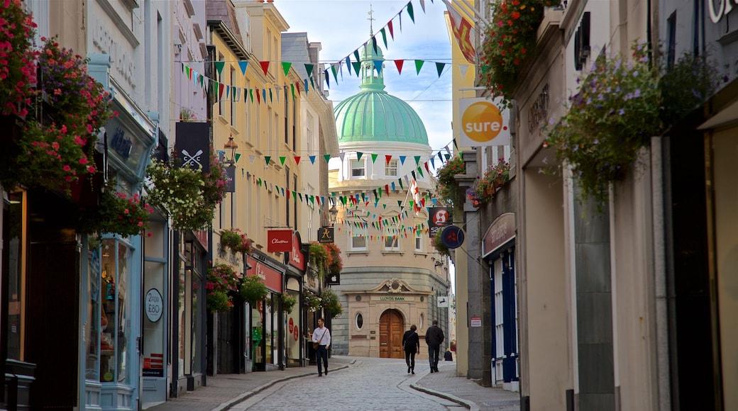 St. Peter Port que inclui cenas de rua assim como um casal