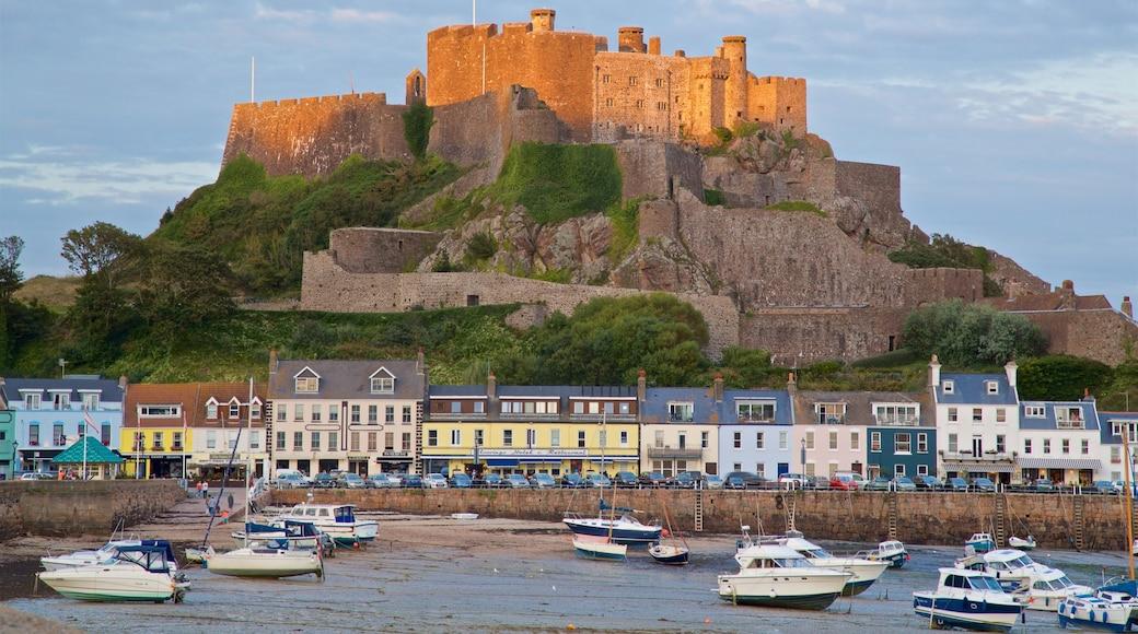 Castelo de Mont Orgueil caracterizando uma cidade litorânea, uma baía ou porto e um castelo
