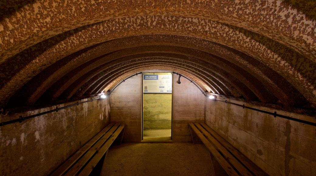 La Hougue Bie que inclui sinalização e vistas internas