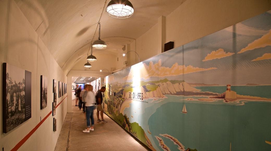 Jersey War Tunnels - German Underground Hospital das einen Innenansichten sowie kleine Menschengruppe