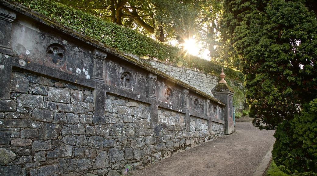 Candie Gardens que inclui um pôr do sol e elementos de patrimônio