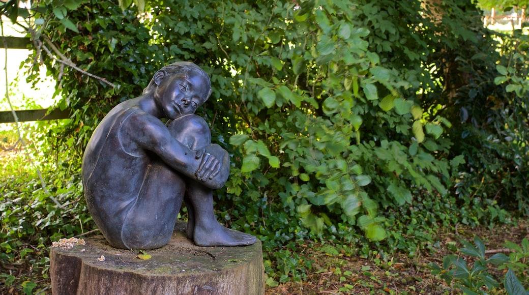 Sausmarez Manor que inclui arte ao ar livre, um parque e uma estátua ou escultura