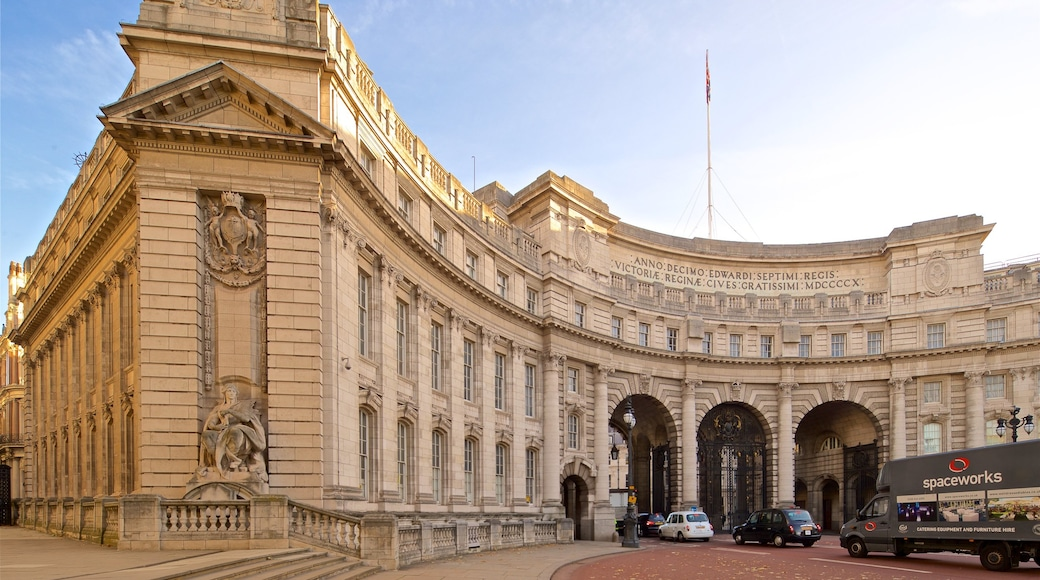 Admiralty Arch showing heritage architecture