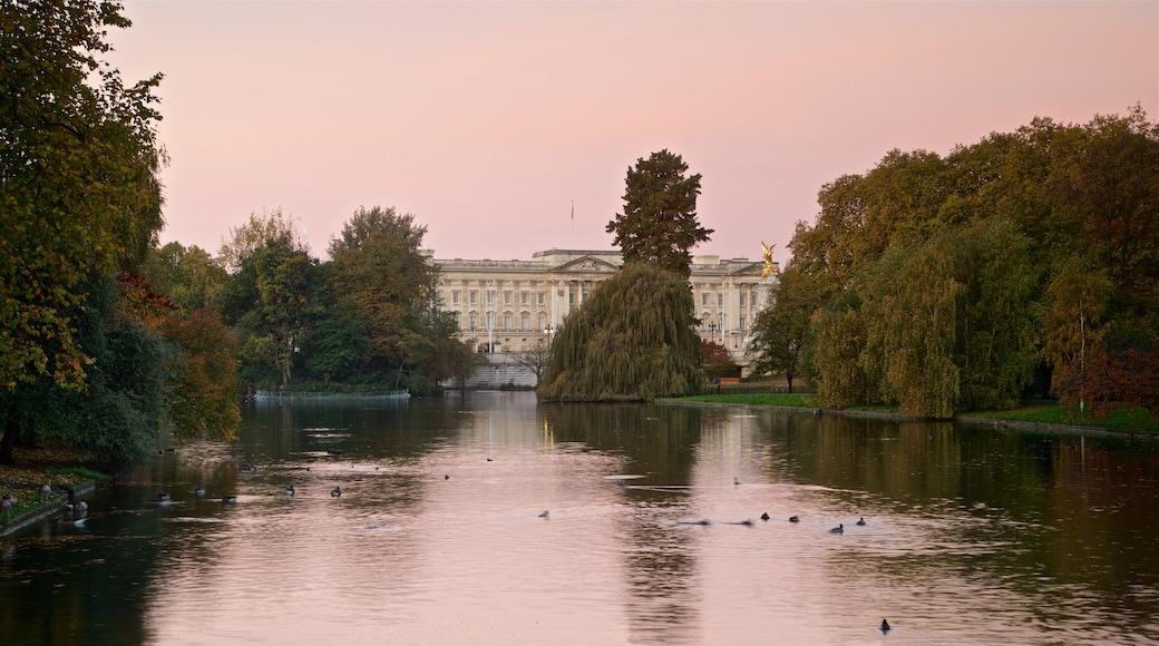 Parque de St. James mostrando una puesta de sol y un estanque