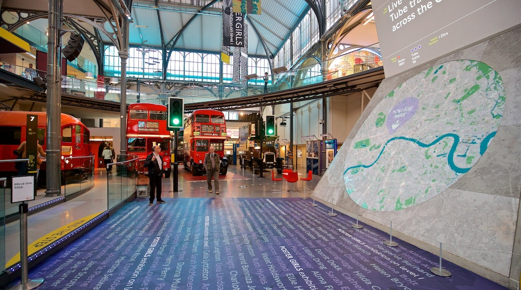 倫敦交通博物館 呈现出 內部景觀 以及 一名男性