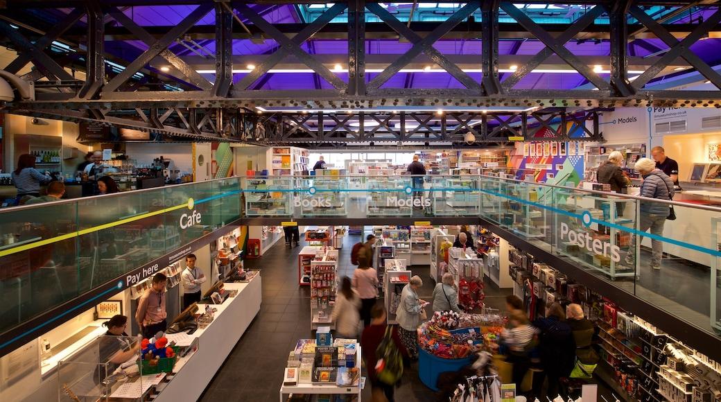 倫敦交通博物館 设有 內部景觀 以及 一小群人
