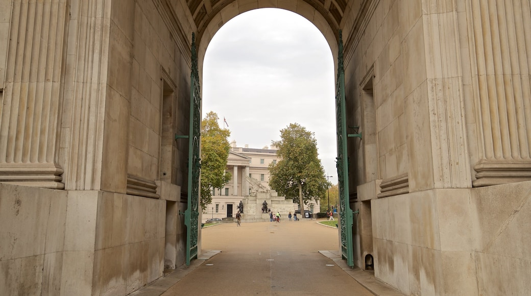 Wellington Arch featuring heritage elements