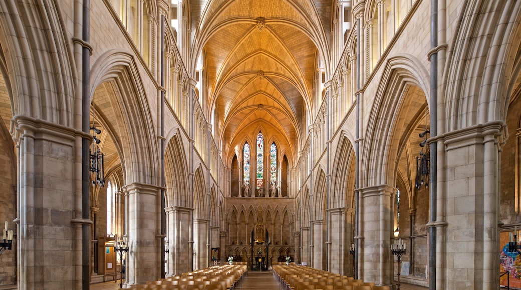 Southwark Cathedral showing a church or cathedral, interior views and heritage elements