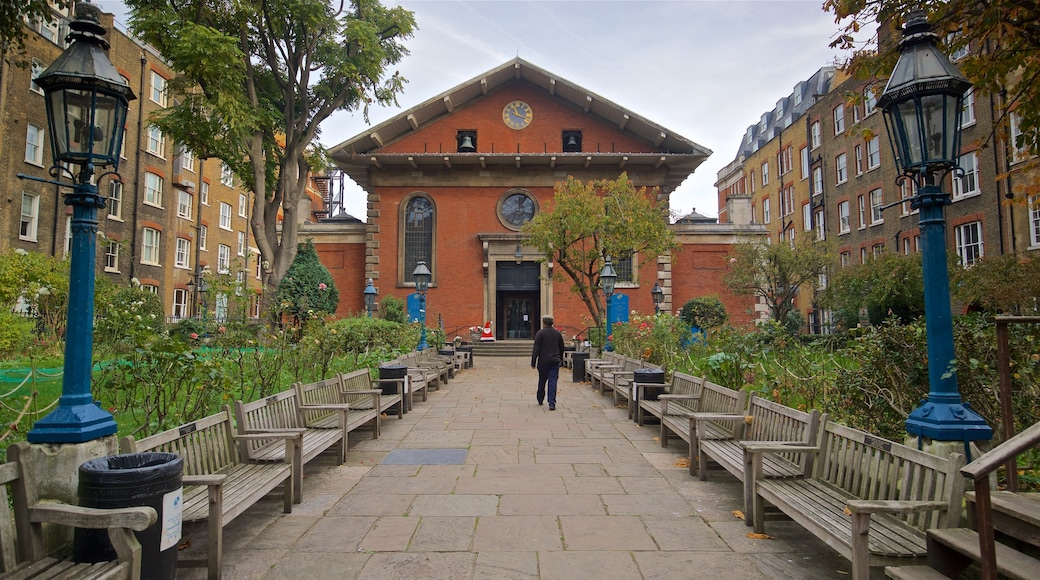 Sankt Paulskatedralen som visar en trädgård såväl som en man