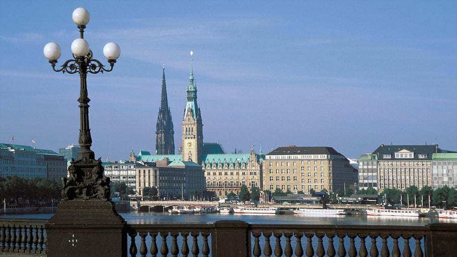 Hamburg mit einem Marina, historische Architektur und Skyline