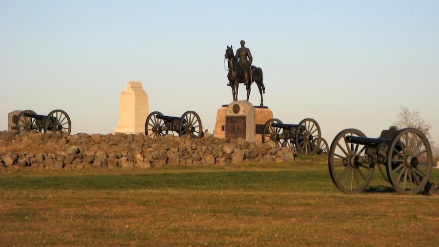Gettysburg ofreciendo un monumento conmemorativo, una estatua o escultura y artículos militares