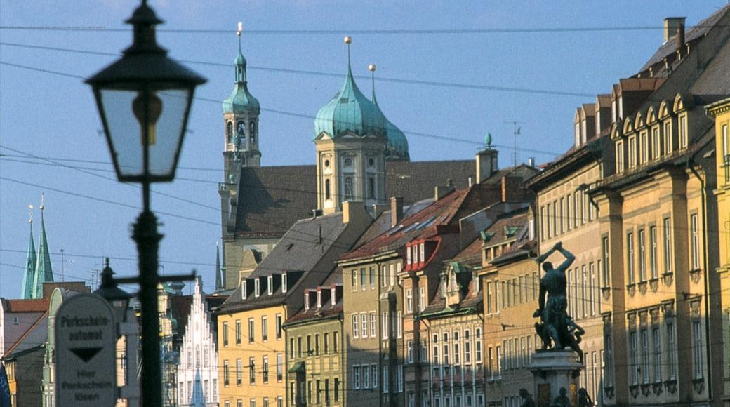 Augsburg presenterar en kyrka eller katedral, en stad och historisk arkitektur
