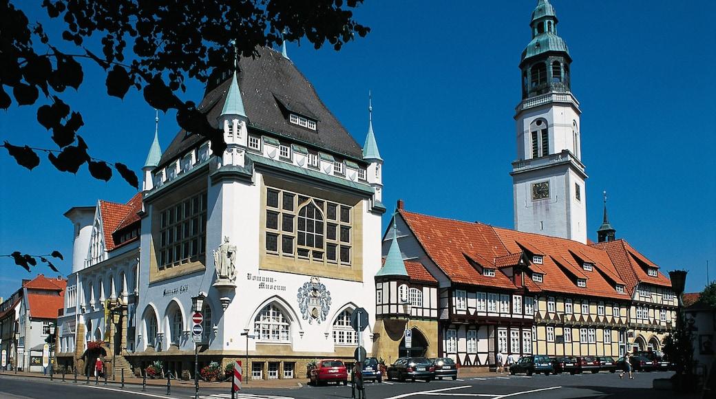 Celle inclusief historische architectuur, een kerk of kathedraal en een stad