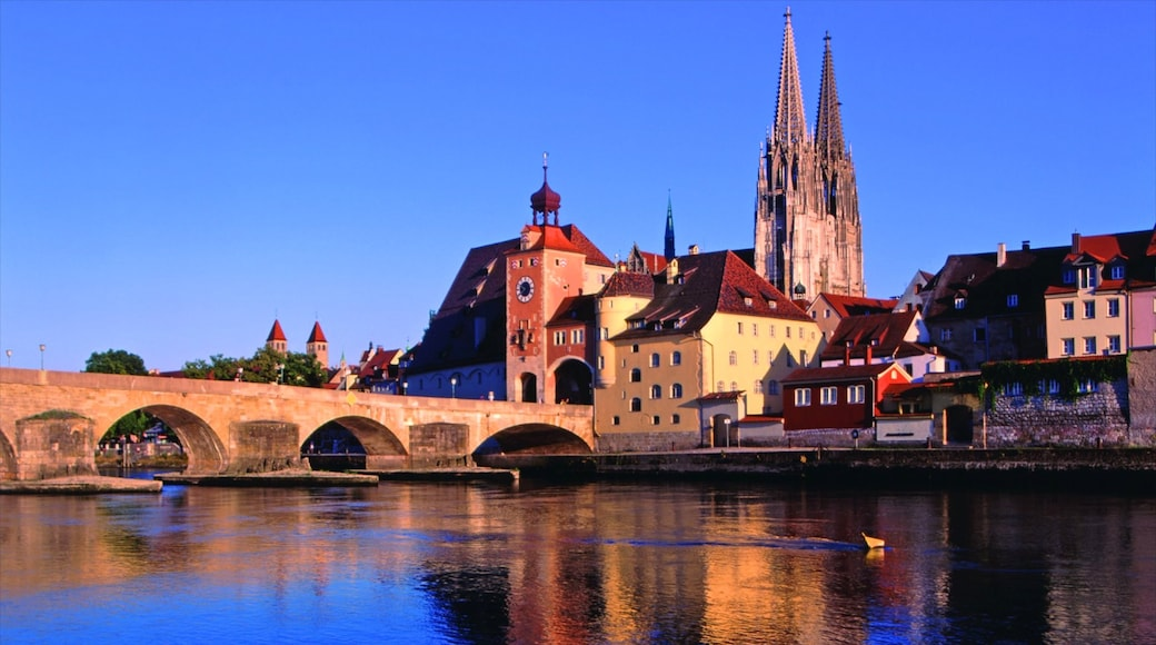 Regensburg caratteristiche di ponte, architettura d\'epoca e fiume o ruscello
