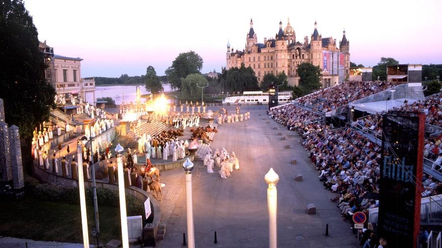 Schwerin mit einem Stadt, historische Architektur und Palast oder Schloss