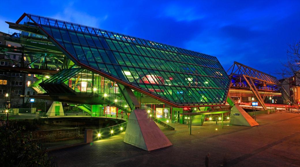 Wuppertal caratteristiche di architettura moderna, paesaggio notturno e strade