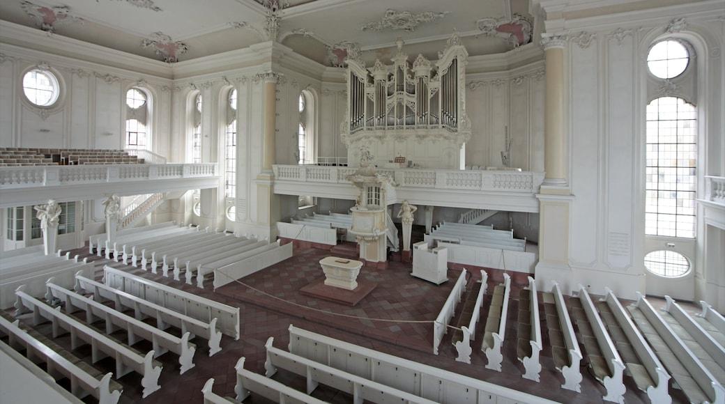 Saarbrücken som omfatter interiør, en kirke eller en katedral og historiske bygningsværker