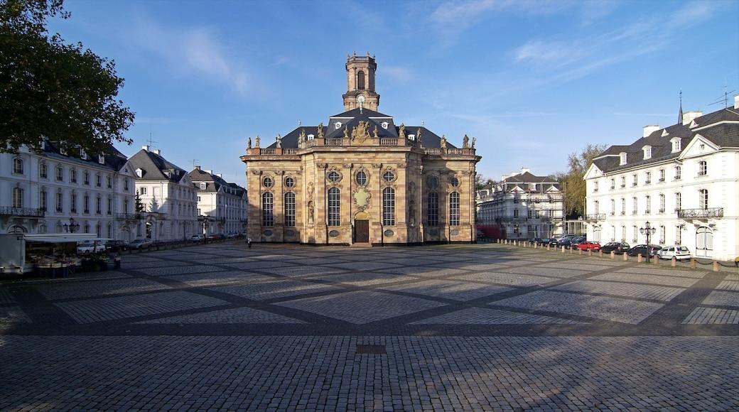 Saarbrücken som viser en kirke eller en katedral, en by og gadeliv