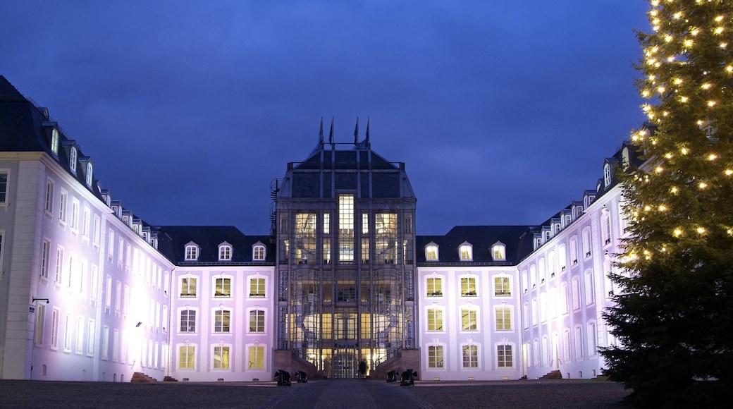 Saarbrücken som omfatter et slot, natteliv og historiske bygningsværker