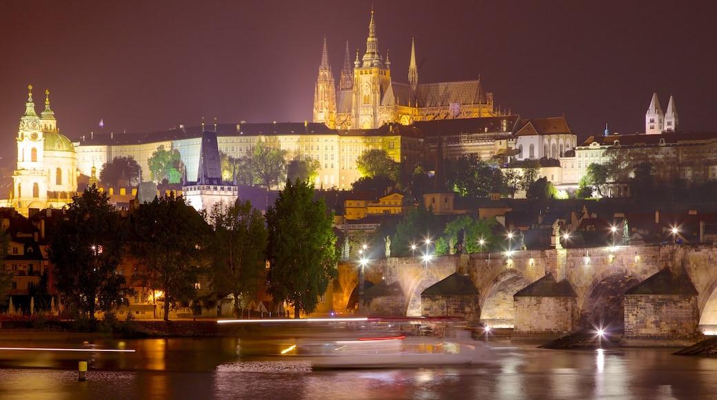 Kasteel van Praag toont historische architectuur, een stad en kasteel of paleis
