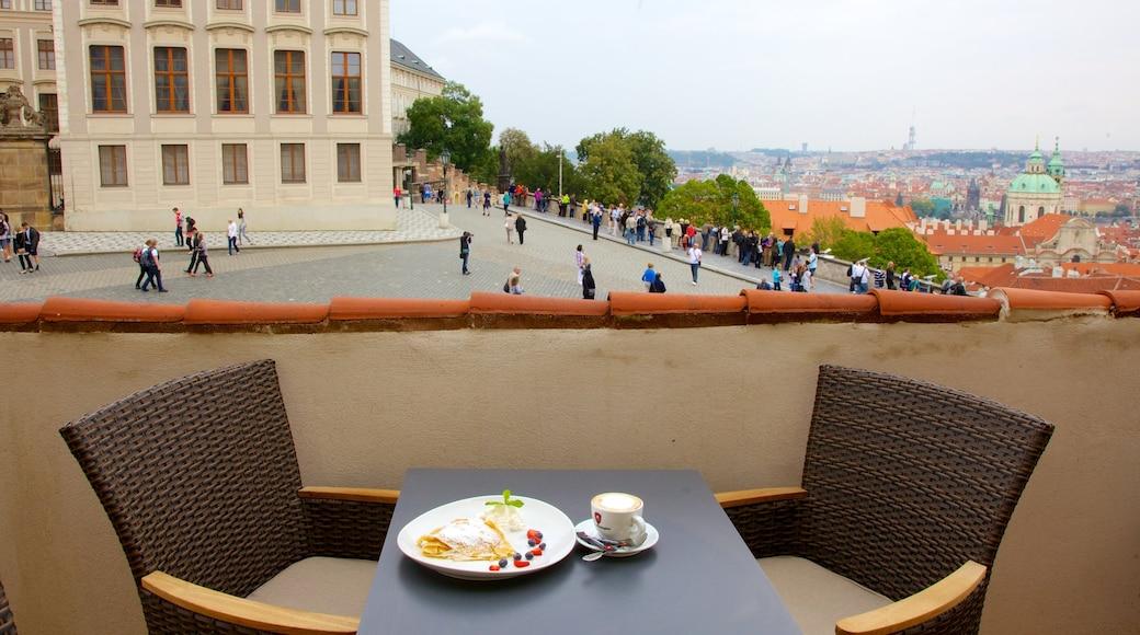 Kasteel van Praag bevat een stad, cafésfeer en drankjes