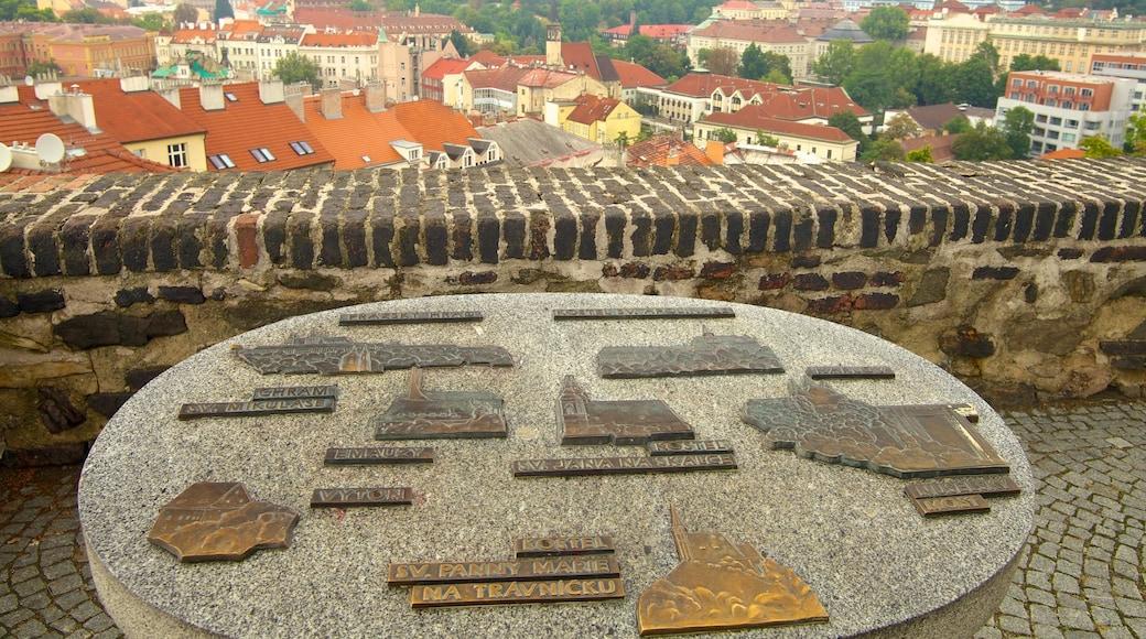 Vyšehrad Slot og byder på historiske bygningsværker, en by og et slot