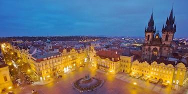 Tschechische Republik das einen Kirche oder Kathedrale, bei Nacht und Stadt