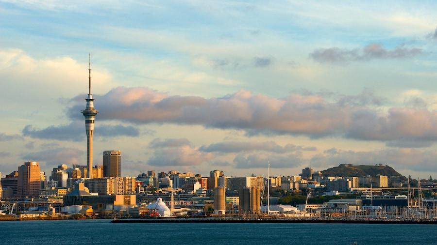 Sky Tower ofreciendo una ciudad, distrito central de negocios y vista general a la costa