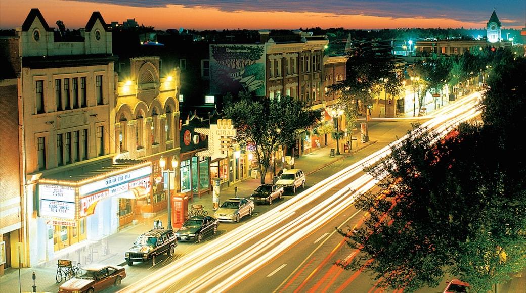 Old Strathcona que incluye escenas nocturnas, patrimonio de arquitectura y escenas urbanas