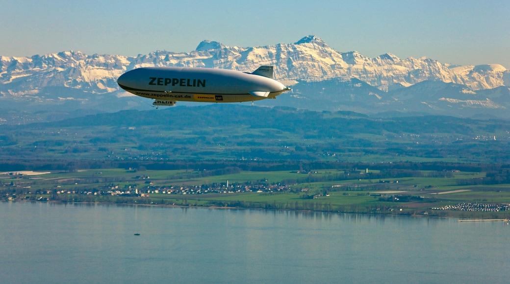 Friedrichshafen das einen Berge, Flugzeug und See oder Wasserstelle