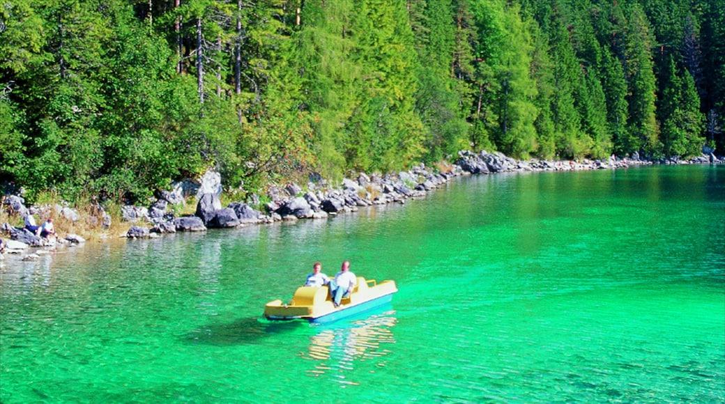 Garmisch-Partenkirchen presenterar skogar, båtkörning och en sjö eller ett vattenhål
