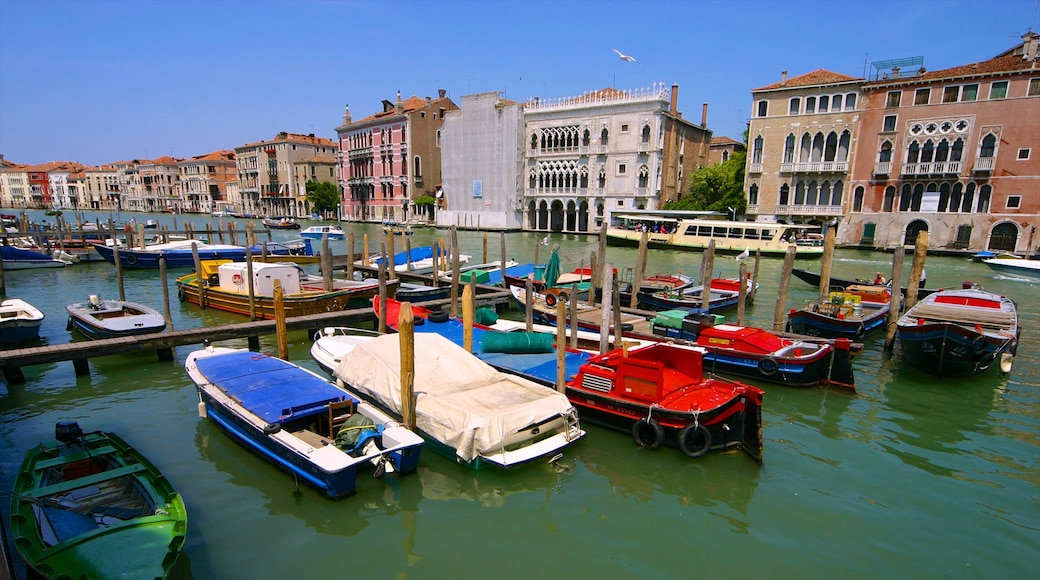 Grand Canal showing heritage architecture, boating and a marina